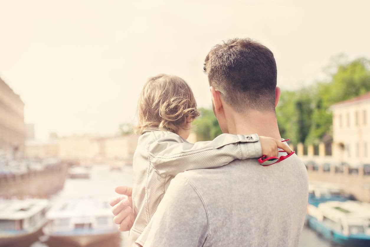 petite fille avec son pere dans les bras