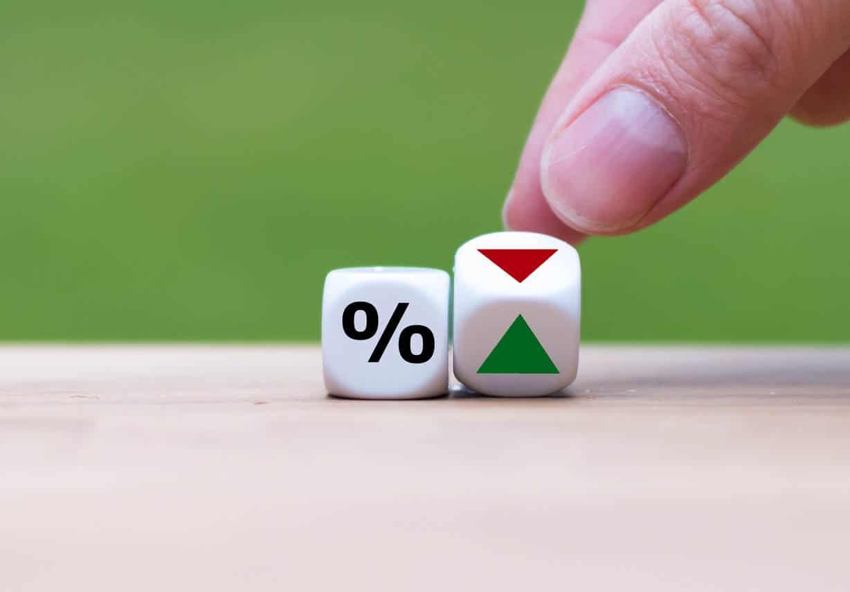 flèche symbolisant que les taux d'intérêt vont vers le bas