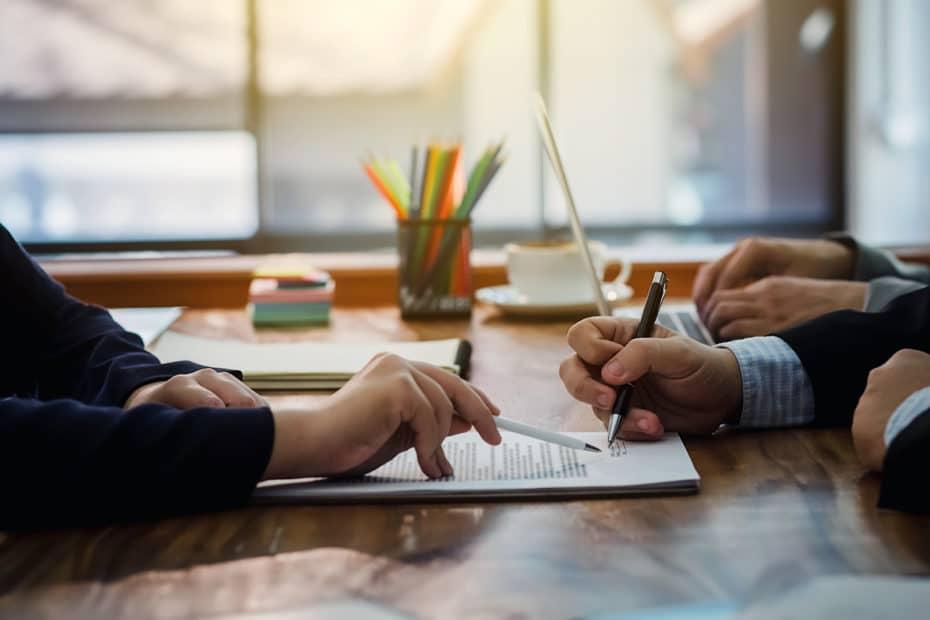 deux personnes discute avec un contrat d'assurance