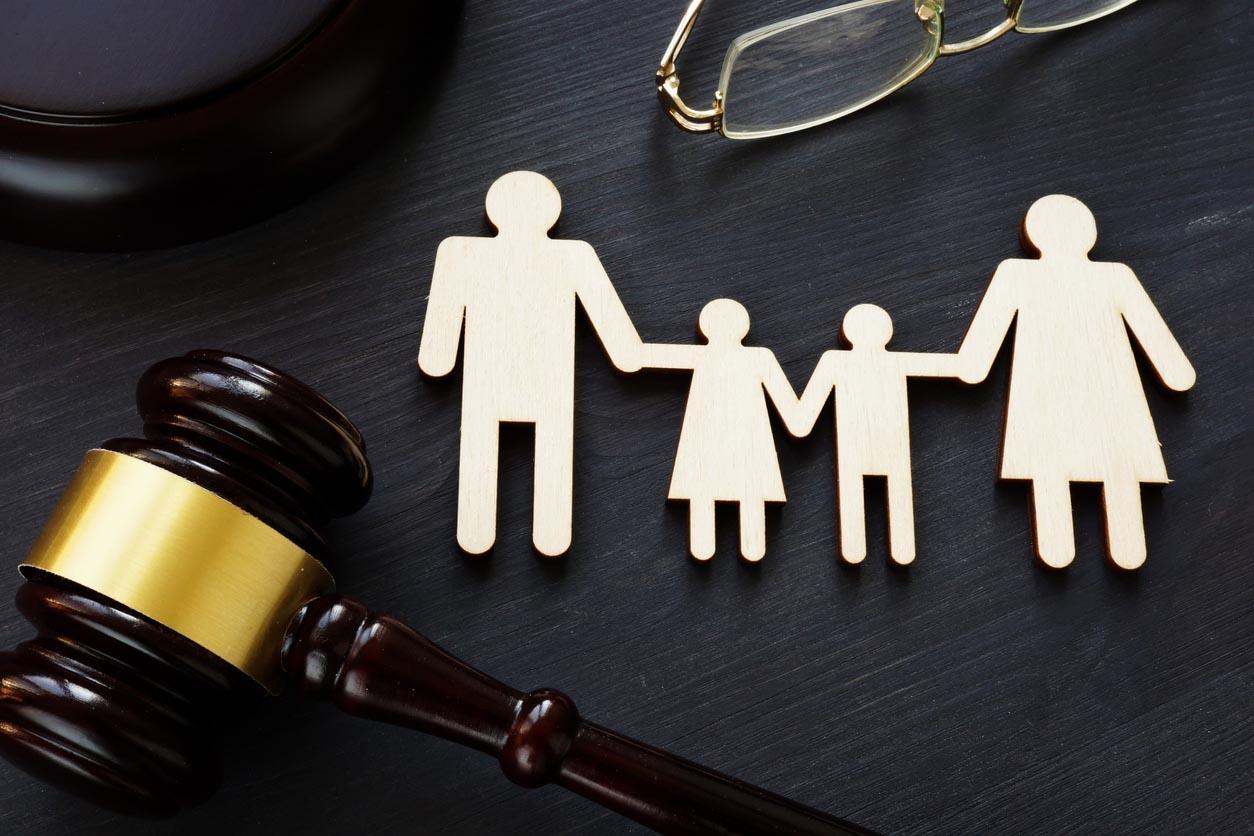 Notion de droit de la famille. Chiffres et marteau