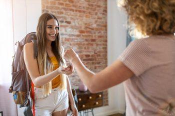 Jeune routard féminin louant l'appartement en sous location